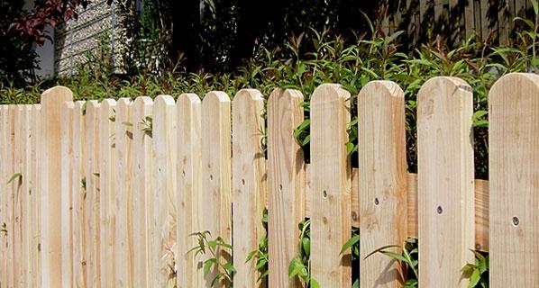 breitlattenzaun mit rundkopf aus l rchenholz finden sie bei der zaunfabrik natur in emmendingen. Black Bedroom Furniture Sets. Home Design Ideas