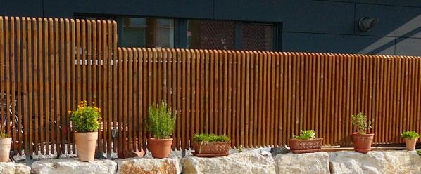 elementzaun bzw senkrechtzaun aus l rche holz finden sie bei der zaunfabrik natur in. Black Bedroom Furniture Sets. Home Design Ideas