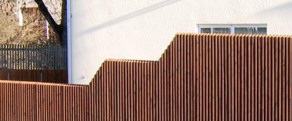 sichtschutz bzw sichtschutzelemente aus l rchenholz finden sie bei der zaunfabrik natur in. Black Bedroom Furniture Sets. Home Design Ideas