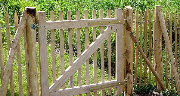 staketenzaun aus kastanienholz bzw kastanienzaun finden sie bei der zaunfabrik natur in. Black Bedroom Furniture Sets. Home Design Ideas